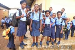 Bildungspatentkind Mattu (2.v.l.) und Mitschülerinnen ihrer Schule