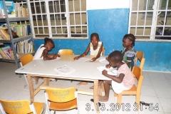 Grundschulkinder in der Bibliothek