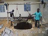 Arbeiter beim Ausheben des Brunnenschachtes