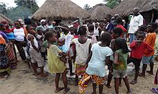 Dorfkinder, die nicht zur Schule gehen