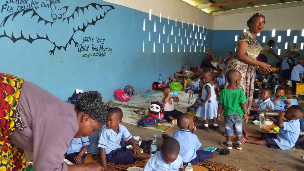 Die kleinen Kinder in der Grundschule.
